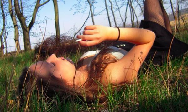 aftrekken met voeten naakte meisjes in het bos