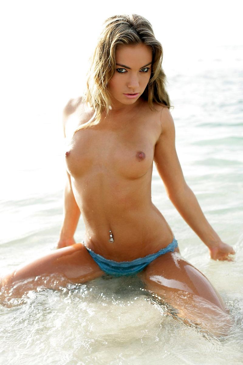 blond-mooi-en-bloot-op-het-strand-007