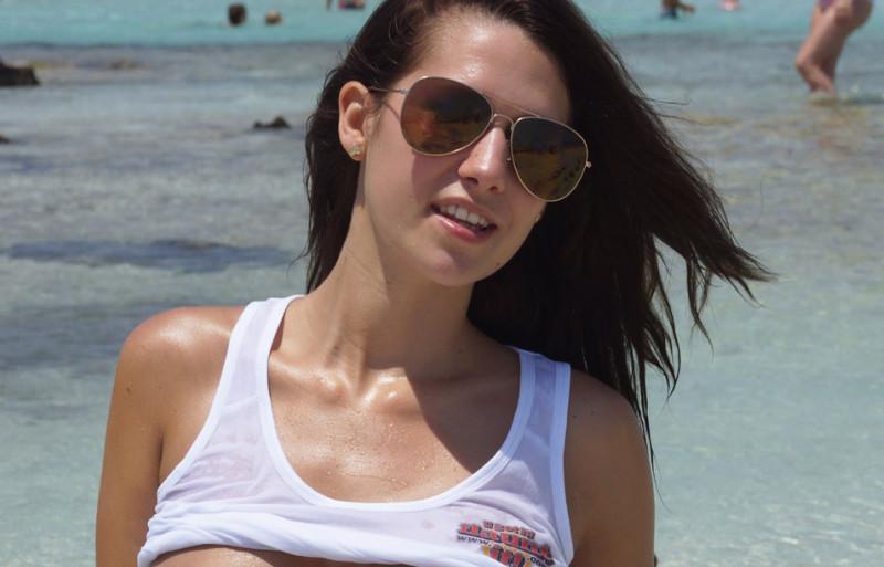 Vollbusiger reifer topless Strand