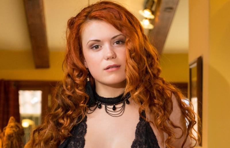 Seks Met - Lekker ding met rood haar en grote tieten, in