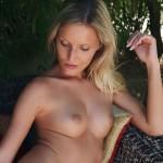 Blonde Paola, eerst in lingerie buiten en dan naakt - Gallery