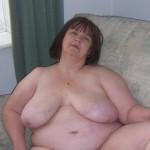 Vrouw van 65 jaar, naakt en enorme hangtieten, houdt van porno kijken