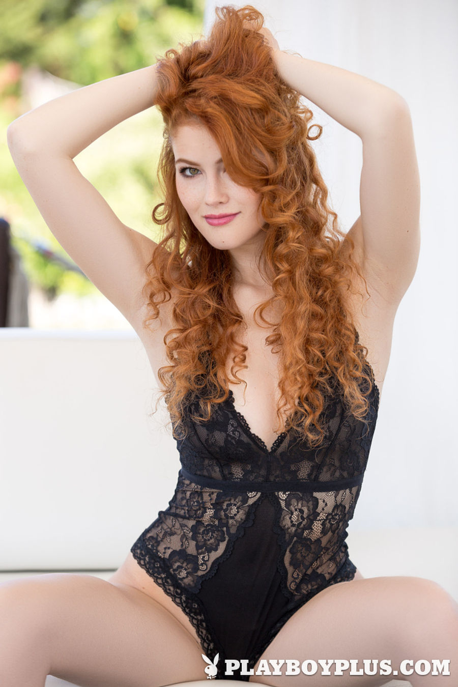 Babe met rood haar en krulletjes