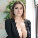 Clio, mooie vrouw met grote natuurlijke borsten