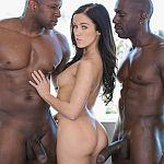 Megan Rain heeft een trio met twee donkere mannen met grote pikken