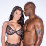 Secretaresse met grote tieten heeft seks met haar donkere baas