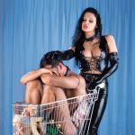 Latex Meesteres heeft inkopen gedaan op de seksmarkt