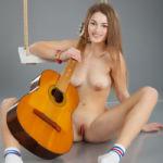 Lekkere studente met gitaar is helemaal naakt