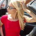 Chloe, blond en geil brilletje, gaat naakt in een sportauto