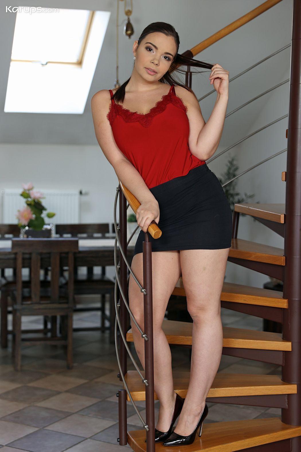 Jonge vrouw met dikke tieten, maatje meer, gaat naakt op