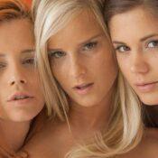 Drie babes, blond, rood haar en brunette, hebben lekkere lesbische sex