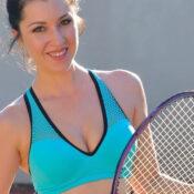 Carrie doet aan naakt tennis, haar mannelijke tegenstanders vinden het top