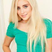 Naomi Woods, blond en kleine tieten, geilt op grote pikken