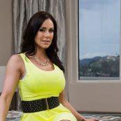 Kendra Lust trekt haar gele zomerjurkje uit