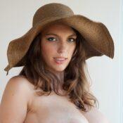 Naakte vrouw met hoed en grote borsten